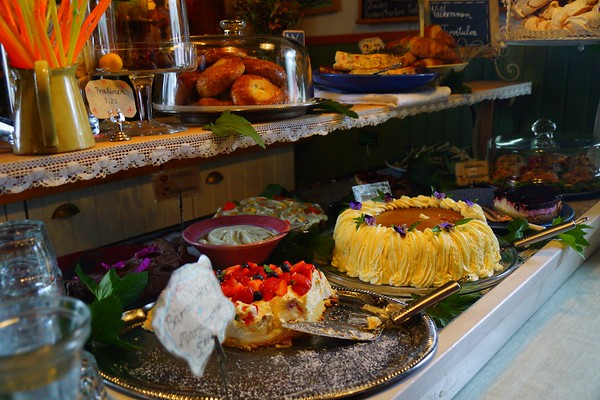 Cakes, tarts and pies for dessert at Farmors Cafe.