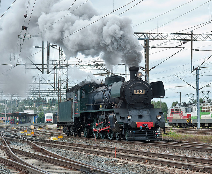 Also passing through on its way to the 150 celebration from its home base in the adjacent roundhouse at Riihimaki on 10 August 2012 was 4-6-2 1021 looking in good order