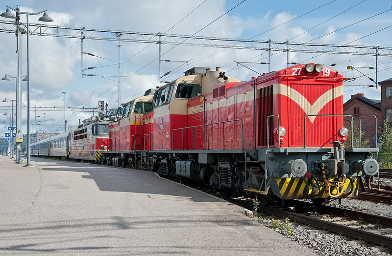 Dv12 2719 and 2705 drag out Sr1 3088 and coaches from the station at Tampere on 9 August 2012