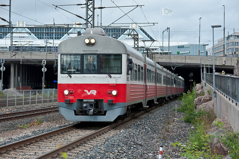 VR Sm1 ^221 heads away from Pasila 7 August 2012