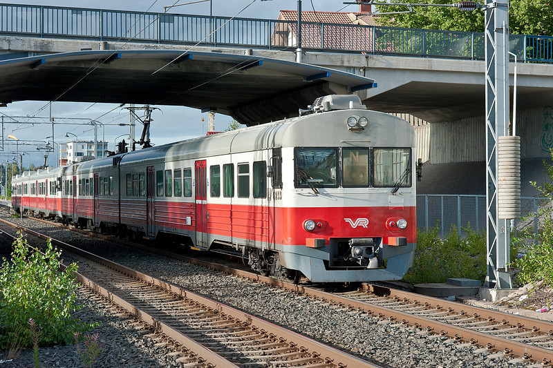 6033 is at the head of this local Kerava to Helsinki service on 8 August 2012