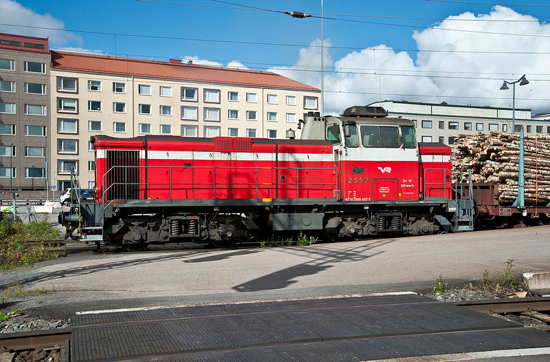 Dv12 2557 runs through the station at Tampere on 9 August 2012 with a short train of timber
