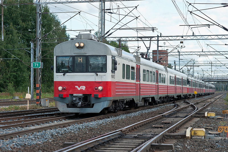 Sm1 6042/6242 heads a semi-fast service from Helsinki at Riihimaki on 9 August 2012