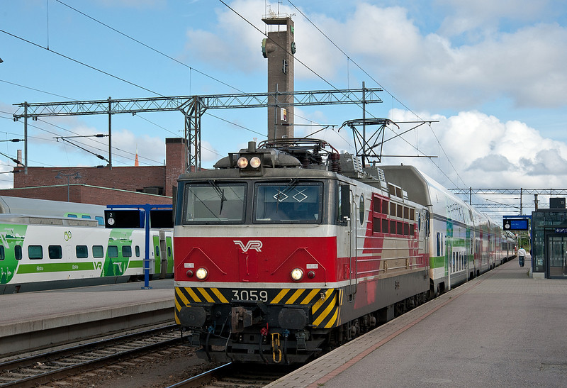 Sr1 is at the head of its train at Tampere on 9 August 2012