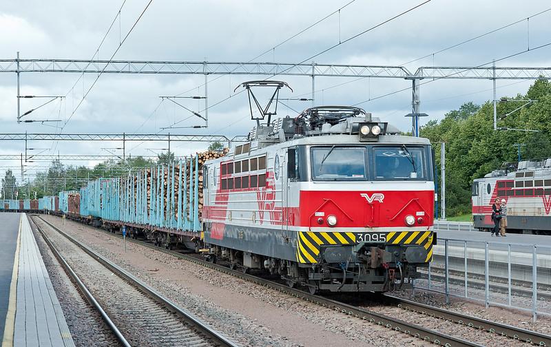 Sr1 3095 runs through Kouvola on 10 August 2012 with a long train of timber
