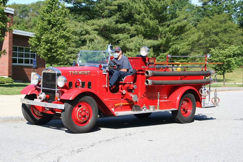 Privately owned antique apparatus from 2009 Lynnfield Mass parade. If anyone has details on the apparatus or where Tremont is please send it along.
