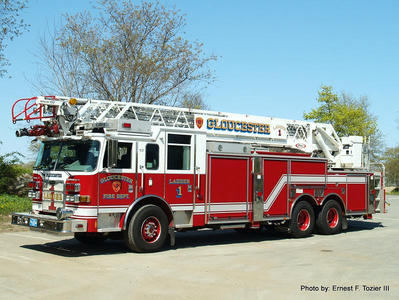 Ladder 1 - 2009 Pierce Arrow XT 250/150 100' Rearmount Aerial