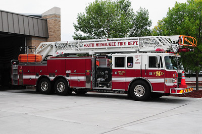 Truck 1671 - 1995 Pierce/Lance - 1500 GPM / 300 Tank / 105' RM Aerial - Photograph Added September 2nd, 2012.