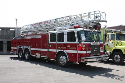 Ladder 2 - 2001 E-One 100' RM