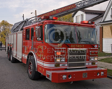 Detroit,MI - Ladder Co.19 - 2005 Pierce 100ft. rearmount, Shop#482 - Working Fire on Young St near Chalmers St