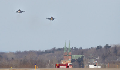Fenway 21 and 22, Vermont Air Natl Guard F16s on final approach at Burlington (Vt) Airport after 21 declared an in flight emergency.