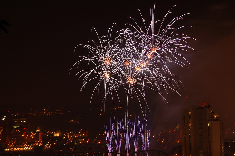 """""""Blue Burst""""<br /> <br /> 2009 WEBN Fireworks, from Bellevue, KY"""