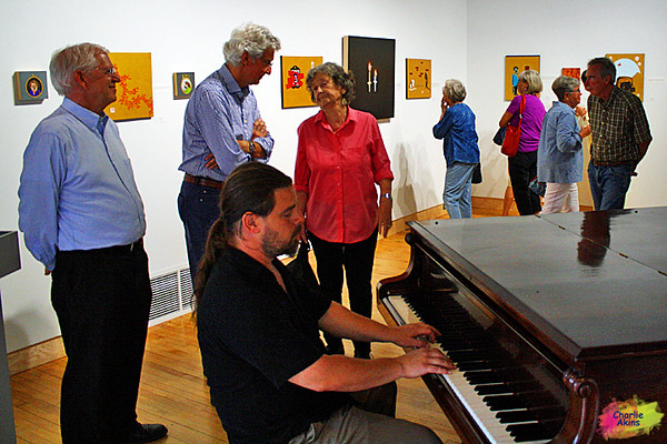 This pianist played beautifully at the art gallery.