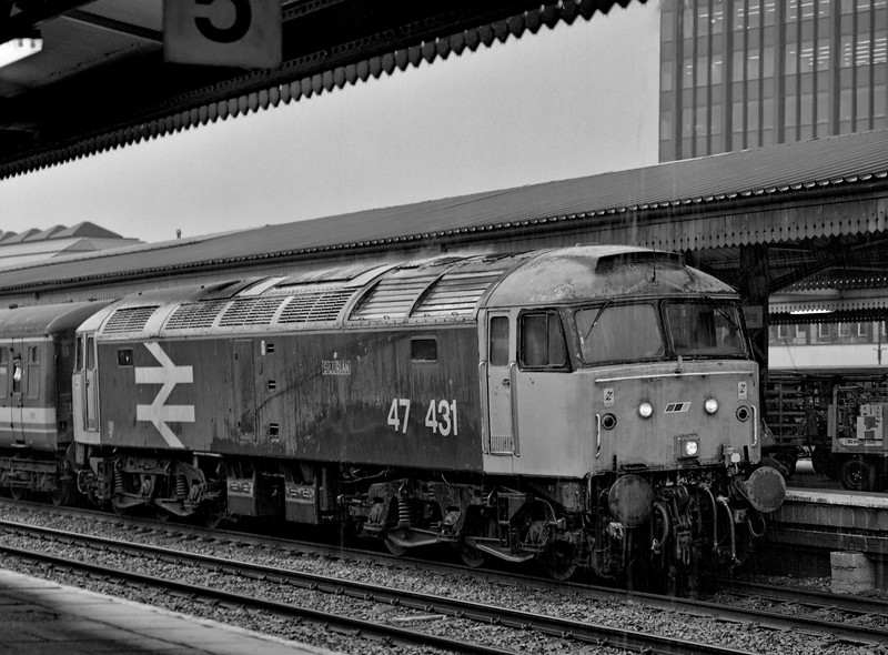 47431 stands at Reading with the 19:20 Paddington - Oxford on 3rd July 1992. <br /> This was the final loco-hauled Paddington - Oxford service. Scanned negative.