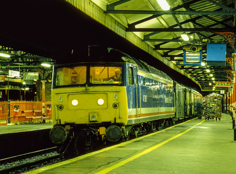 47587 at Basingstoke with 1O17, the 23:32 Reading - Bournemouth mail, <br /> on 1st October 1993. This was the final working of this service. Scanned transparency.