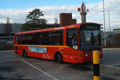 41185 - R185TLM - Heathrow Airport (bus station) - 30.10.03