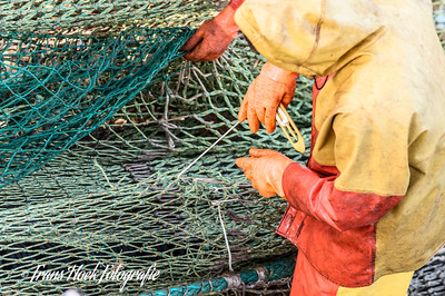 Mending the net. /  Boeten van het net.
