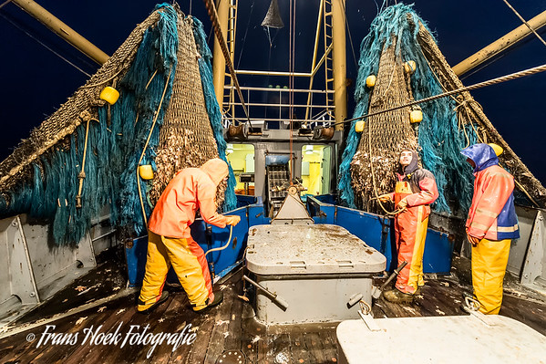 Hauling the nets at night. / 's nachts halen.
