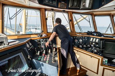 The skipper hauls the nets. / De schipper haalt de netten op.