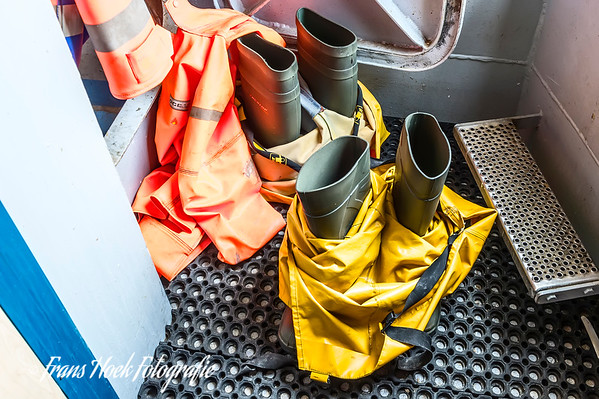 The sea boots and suits are ready. / De zeelaarzen en -pakken staan gereed.