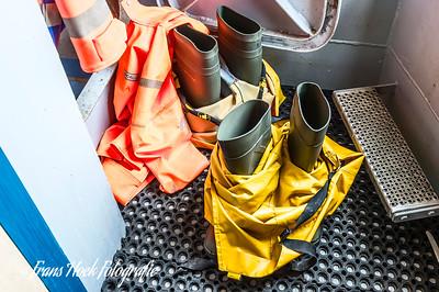 The sea boots and suits are ready. / De zeelaarzen en -pakken staan gereed.