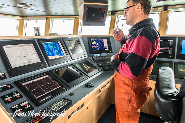 The skipper in the wheelhouse. De schipper in de stuurhut.