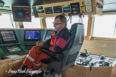 The skipper on the bridge. / De schipper op de brug.
