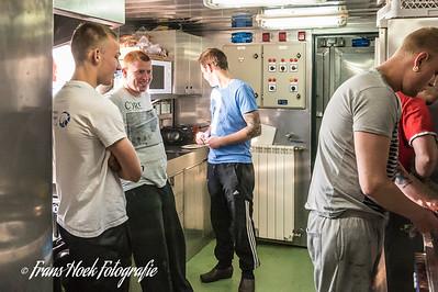 The younger crew in the galley. / De jongere bemanningsleden in de kombuis.