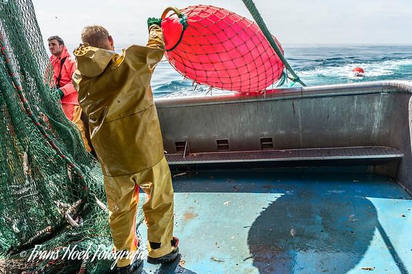 Throwing large buoy. / Uitzetten grote boei.