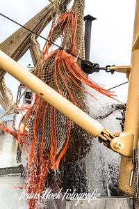The net comes aboard. / Het net komt binnen boord.