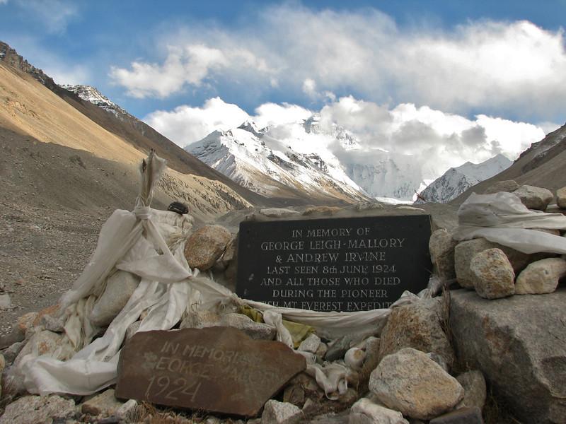 Memorial statue Mallory & Irvine, Everest Base Camp 5156m