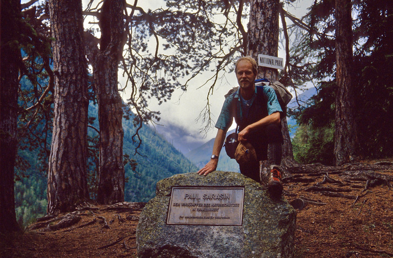 Memorial stone with commemorative plaque of the Initiator of the Nat. Park, Paul Sarasin. (National Park, Graubunden)