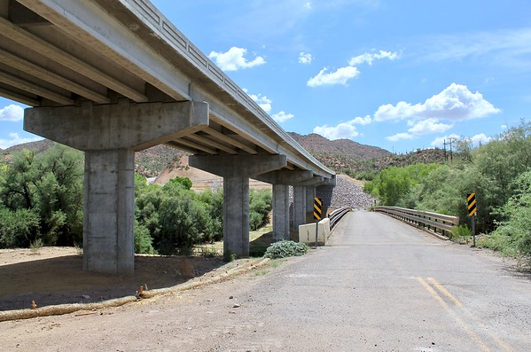 Looking south at the modern and historic Gila River bridges (2018)