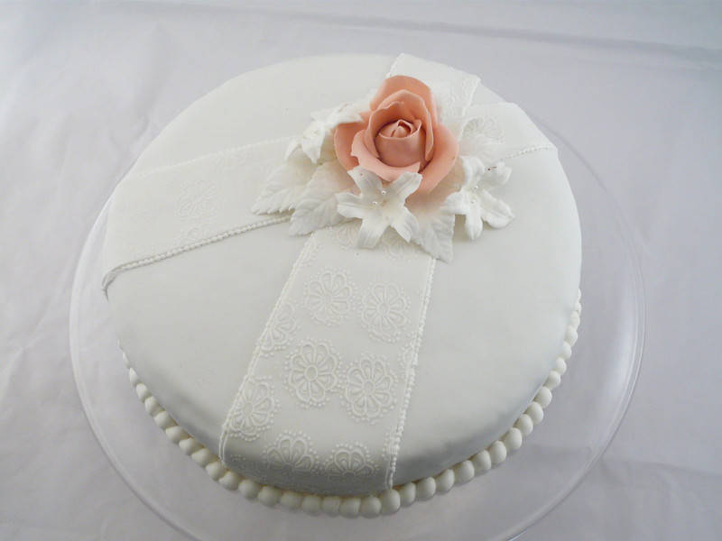 Torta de casamiento, muy delicada con flores de azúcar. Lazos texturados.
