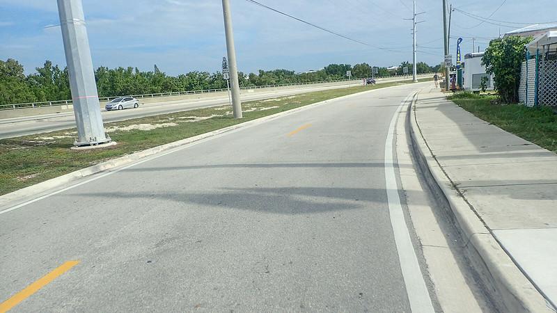 Narrow road adjoining broader US 1