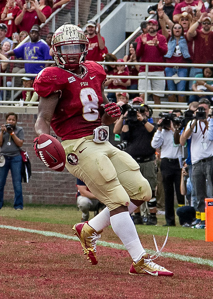 Devonta Freeman scores on a 4 yd TD run as the #2 ranked Florida State Seminoles dominated Syracuse 59-3 Saturday at Doak Campbell stadium.  The Seminoles complete the 2013 home stand next weekend against Idaho before travelling to Gainesville to close out the regular season.
