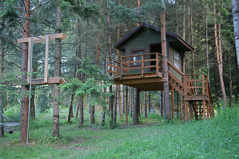 TREEHOUSE WITH SWINGING  BRIDGE AND ZIPLINE