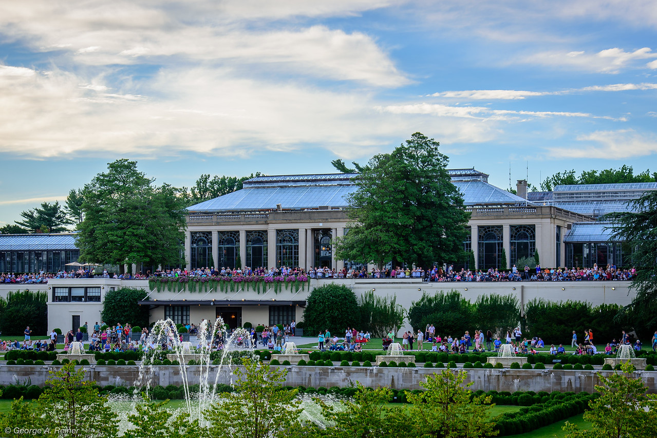Crowds forming for the 7:00 fountain show