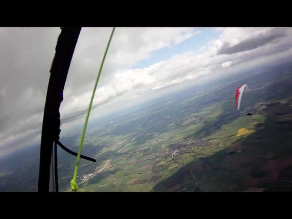 Short video clip thermalling over the edge of the Vale of York.