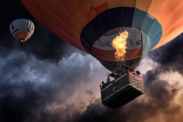 Gentle Giants | Rabobank Luchtballon Gasbrander Hot Air Balloon Gas Burner Flame drifting accross a Dramatic Sky by Virgin.nl