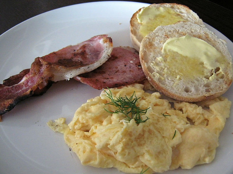 Scrambled egg with bacon and English muffin