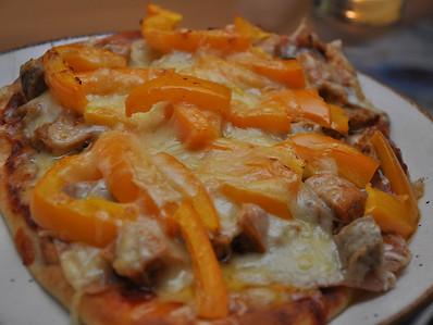 Ingrédients : poivron orange, saucisse italienne, champignon, émental, pain naan, sauce à pizza épicée et prosciutto. 410 F le temps voulu, finir à broil.
