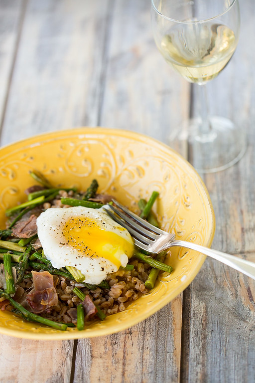 Grain bowl topped with roasted asparagus, prosciutto and a runny egg!