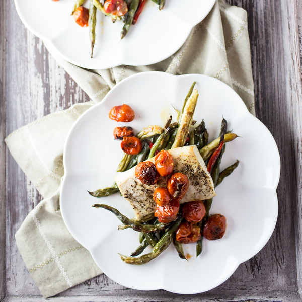Plate with fish, tomatoes and green beans.