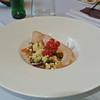 Salade van gerookte hoevekip met gekarameliseerde nootjes en appelsienvinaigrette