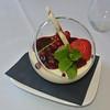 Parfait van witte chocolade met coulis van rode vruchten en granaatappel