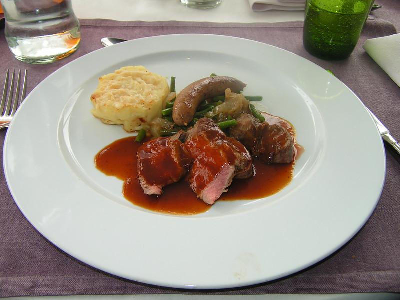 """""""Waaier van Texels lamszadel met zijn andouillette op smaak gebracht met Espelette vergezeld van gewokte groene boterboontjes en gratin patatjes"""" Keuze menu vis of vlees. (Paas-menu 2009)"""