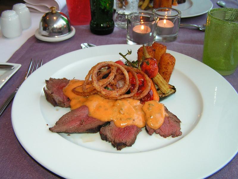 """""""Chateaubriand van Charolais rund met choron sausje en gefruite uiringen vergezeld van geroosterde groentjes""""<br /> (Markt-menu 2009-08-13)"""
