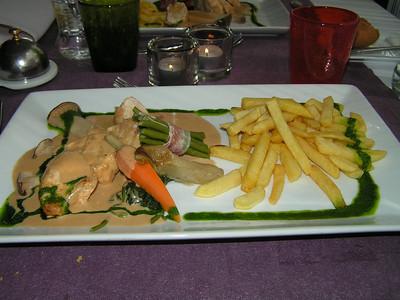 """Suprême van parelhoender met distelzwam in fine champagnesausje, marktgroentjes en frietjes"" (Lunch-menu 2009-08-14)"
