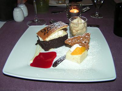 """Dessertbord 2009: Biscuit juwelenkistje met mascarpone en krieken, glaasje met espuma van Irish coffee en wijngaard perzik bavarois"" (Sylvester-menu)"